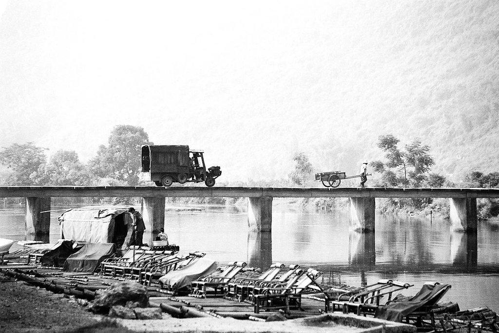 26bis-velo-et-camion-sur-le-pont.jpg