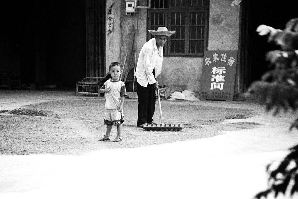 27-velo-jeune-et-veillard-etalant-le-riz.jpg